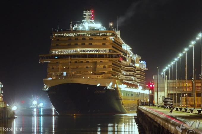 Noordersluis, IJmuiden |  Aankomst nieuw cruiseschip Koningsdam |  FotoKvL / Ko van Leeuwen |  kvl_160521_0306120w.jpg / 21-5 -2016 03:06:12