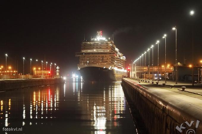 Noordersluis, IJmuiden |  Aankomst nieuw cruiseschip Koningsdam |  FotoKvL / Ko van Leeuwen |  kvl_160521_0306460w.jpg / 21-5 -2016 03:06:46