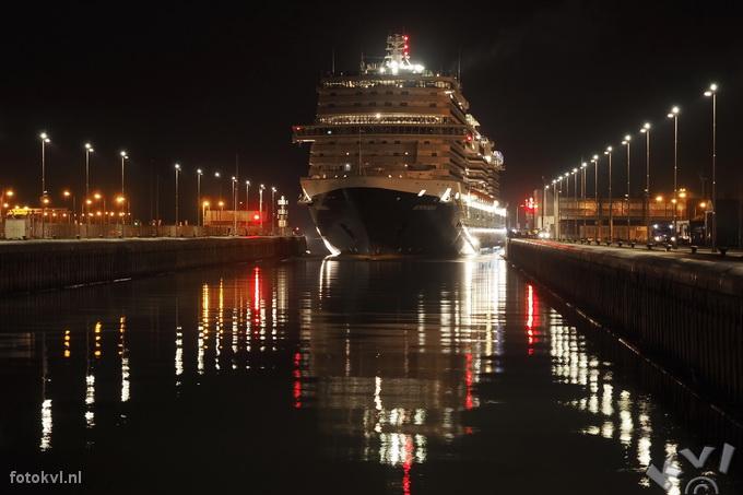 Noordersluis, IJmuiden |  Aankomst nieuw cruiseschip Koningsdam |  FotoKvL / Ko van Leeuwen |  kvl_160521_0309470w.jpg / 21-5 -2016 03:09:47