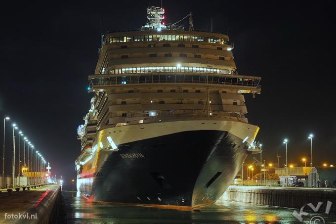 Noordersluis, IJmuiden |  Aankomst nieuw cruiseschip Koningsdam |  FotoKvL / Ko van Leeuwen |  kvl_160521_0320220w.jpg / 21-5 -2016 03:20:22