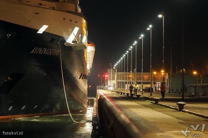 Noordersluis, IJmuiden |  Aankomst nieuw cruiseschip Koningsdam |  FotoKvL / Ko van Leeuwen |  kvl_160521_0322160w.jpg / 21-5 -2016 03:22:16