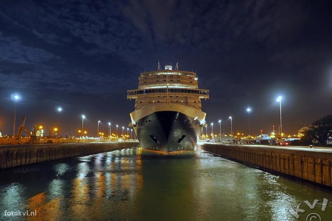 Noordersluis, IJmuiden |  Aankomst nieuw cruiseschip Koningsdam |  FotoKvL / Ko van Leeuwen |  kvl_160521_0326290w.jpg / 21-5 -2016 03:26:29