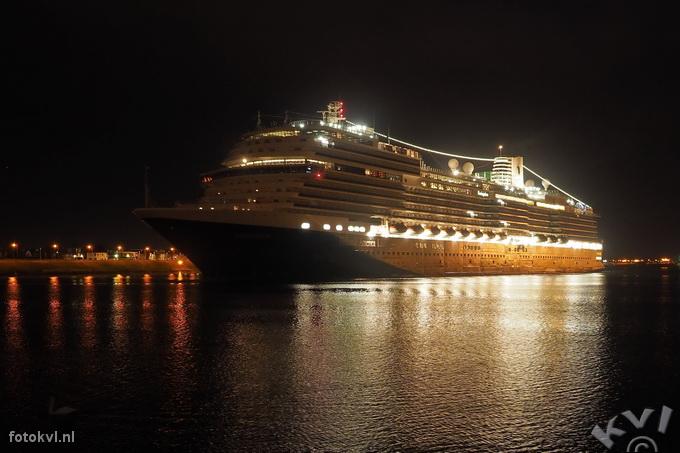Noordersluis, IJmuiden |  Aankomst nieuw cruiseschip Koningsdam |  FotoKvL / Ko van Leeuwen |  kvl_160521_0414020w.jpg / 21-5 -2016 04:14:02