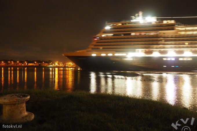 Noordersluis, IJmuiden |  Aankomst nieuw cruiseschip Koningsdam |  FotoKvL / Ko van Leeuwen |  kvl_160521_0414540w.jpg / 21-5 -2016 04:14:54
