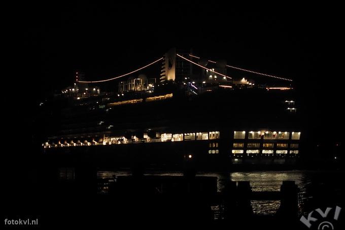 Noordersluis, IJmuiden |  Aankomst nieuw cruiseschip Koningsdam |  FotoKvL / Ko van Leeuwen |  kvl_160521_0417200w.jpg / 21-5 -2016 04:17:20