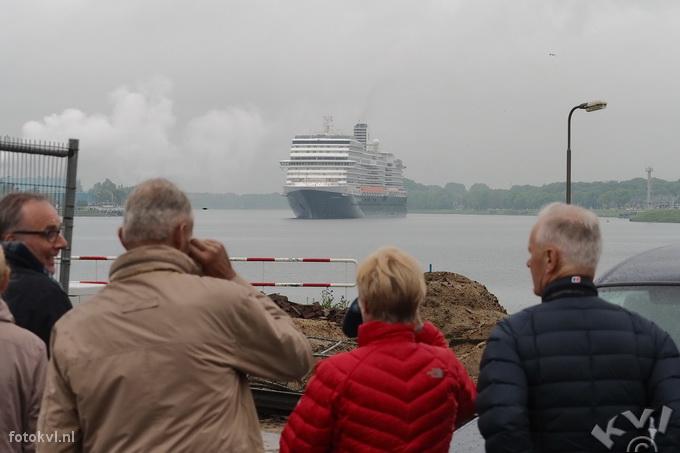 Noordersluis, IJmuiden |  Vertrek nieuw cruiseschip Koningsdam |  FotoKvL / Ko van Leeuwen |  kvl_160522_1904160w.jpg / 22-5 -2016 19:04:16
