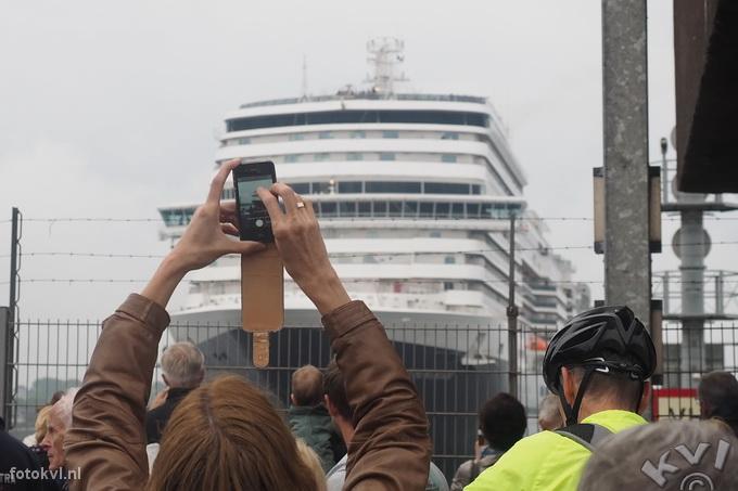 Noordersluis, IJmuiden |  Vertrek nieuw cruiseschip Koningsdam |  FotoKvL / Ko van Leeuwen |  kvl_160522_1913270w.jpg / 22-5 -2016 19:13:27