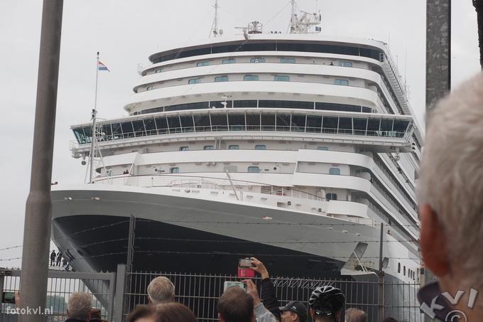Noordersluis, IJmuiden |  Vertrek nieuw cruiseschip Koningsdam |  FotoKvL / Ko van Leeuwen |  kvl_160522_1915060w.jpg / 22-5 -2016 19:15:06