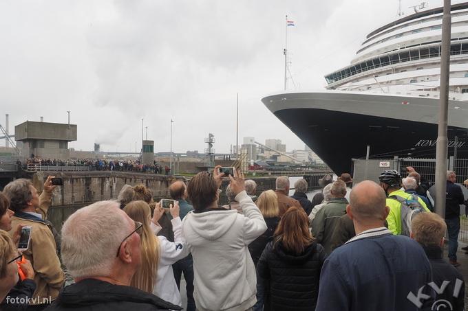 Noordersluis, IJmuiden |  Vertrek nieuw cruiseschip Koningsdam |  FotoKvL / Ko van Leeuwen |  kvl_160522_1915380w.jpg / 22-5 -2016 19:15:38