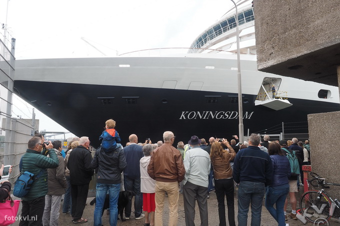Noordersluis, IJmuiden |  Vertrek nieuw cruiseschip Koningsdam |  FotoKvL / Ko van Leeuwen |  kvl_160522_1916191.jpg / 22-5 -2016 19:16:19