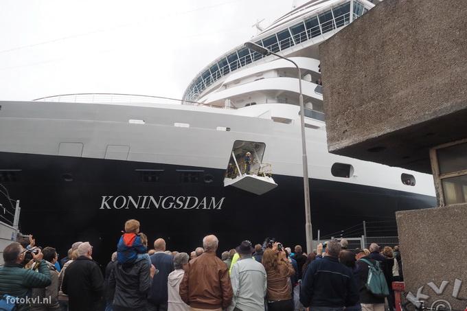 Noordersluis, IJmuiden |  Vertrek nieuw cruiseschip Koningsdam |  FotoKvL / Ko van Leeuwen |  kvl_160522_1916310w.jpg / 22-5 -2016 19:16:31