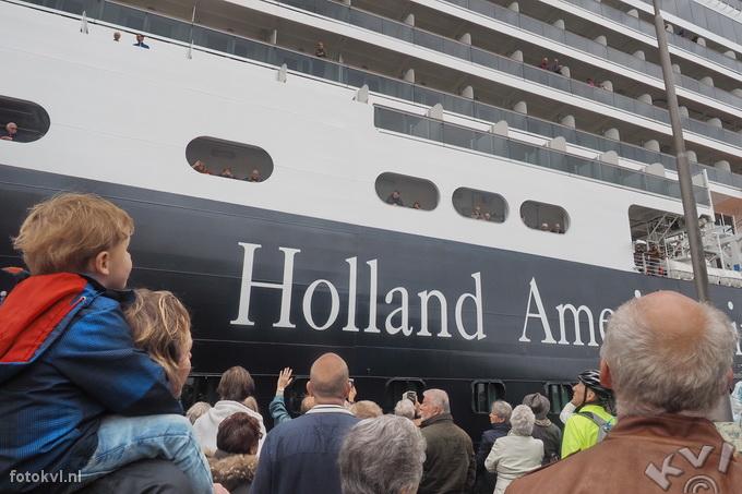 Noordersluis, IJmuiden |  Vertrek nieuw cruiseschip Koningsdam |  FotoKvL / Ko van Leeuwen |  kvl_160522_1917090.jpg / 22-5 -2016 19:17:09