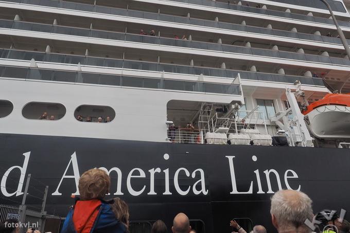 Noordersluis, IJmuiden |  Vertrek nieuw cruiseschip Koningsdam |  FotoKvL / Ko van Leeuwen |  kvl_160522_1917261.jpg / 22-5 -2016 19:17:26