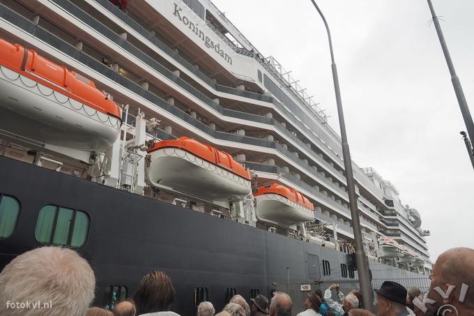 Noordersluis, IJmuiden |  Vertrek nieuw cruiseschip Koningsdam |  FotoKvL / Ko van Leeuwen |  kvl_160522_1918521.jpg / 22-5 -2016 19:18:52