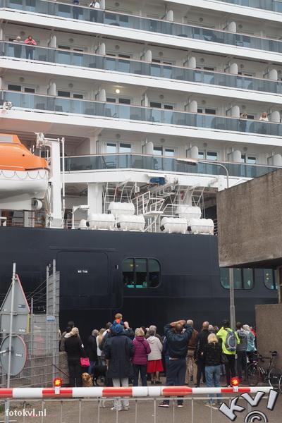 Noordersluis, IJmuiden |  Vertrek nieuw cruiseschip Koningsdam |  FotoKvL / Ko van Leeuwen |  kvl_160522_1919300w.jpg / 22-5 -2016 19:19:30
