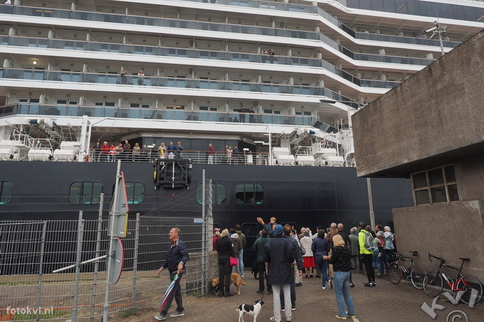Noordersluis, IJmuiden |  Vertrek nieuw cruiseschip Koningsdam |  FotoKvL / Ko van Leeuwen |  kvl_160522_1920010.jpg / 22-5 -2016 19:20:01