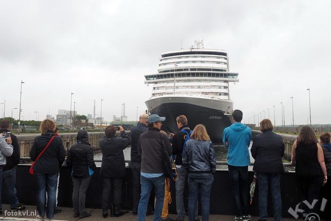 Noordersluis, IJmuiden |  Vertrek nieuw cruiseschip Koningsdam |  FotoKvL / Ko van Leeuwen |  kvl_160522_1925400w.jpg / 22-5 -2016 19:25:40