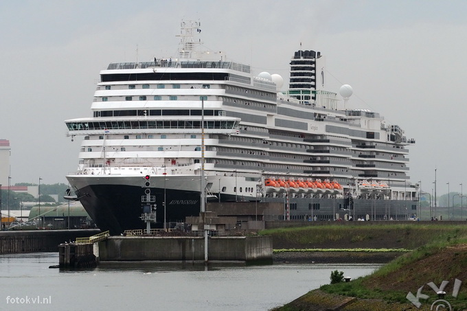 Noordersluis, IJmuiden |  Vertrek nieuw cruiseschip Koningsdam |  FotoKvL / Ko van Leeuwen |  kvl_160522_1950340.jpg / 22-5 -2016 19:50:34