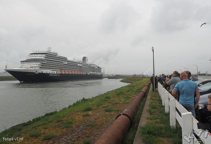 Noordersluis, IJmuiden |  Vertrek nieuw cruiseschip Koningsdam |  FotoKvL / Ko van Leeuwen |  kvl_160522_2000430w.jpg / 22-5 -2016 20:00:43