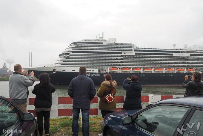 Noordersluis, IJmuiden |  Vertrek nieuw cruiseschip Koningsdam |  FotoKvL / Ko van Leeuwen |  kvl_160522_2002280w.jpg / 22-5 -2016 20:02:28
