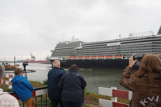 Noordersluis, IJmuiden |  Vertrek nieuw cruiseschip Koningsdam |  FotoKvL / Ko van Leeuwen |  kvl_160522_2003450.jpg / 22-5 -2016 20:03:45
