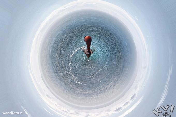 NL: Misthoorn, Mull of Kintyre, Scotland. Deze misthoorn is onderdeel van de vuurtoren op de meest zuidwestelijke punt van het Kintyre schiereiland. De hoorn is niet meer in gebruik. Het complex is te bereiken via een smalle weg die soms een 20% helling kent. Men kan er alleen lopend komen en heeft daar ongeveer 3 kwartier voor nodig. Met goed weer kan men Noord-Ierland zien. De vuurtoren wordt gebruikt voor de scheepvaart in de Strait of Moyle, onderdeel van het North Channel. Deze verbindt Firth of Clyde met de Ierse Zee en de Atlantische Oceaan.De vuurtoren was de tweede in Schotland en in gebruik genomen in 1788. Het is herbouwd in 1820. Sinds 1996 is het volledig geautomatiseerd. De bijbehorende woningen zijn nu vakantiehuisjes voor de National Trust for Scotland. Deze foto kreeg een nominatie bij de wereldwijde fotowedstrijd The Color Awards in 2013. EN: Fog horn, Mull of Kintyre, Scotland. The foghorn is part of the lighthouse at the most southwestern tip of the Kintyre peninsula. The horn is no longer in use. The property is reached by a narrow road that sometimes has a 20% slope. One can only get there walking wicht takes about 45 minutes. With good weather you can see Northern Ireland. The lighthouse is used for shipping in the Strait of Moyle, part of the North Channel. This connects Firth of Clyde and the Irish Sea and the Atlantic Ocean. This lighthouse was the second in Scotland and put into use in 1788. It was rebuilt in 1820. Since 1996 it is fully automated. The corresponding properties are now rentals for the National Trust for Scotland. This photograph got a nomination by the worldwide photo contest The Color Awards 2013.