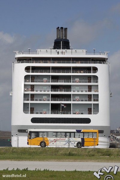 NL: Terminalbus op de Felison Cruise Terminal in IJmuiden met het cruiseschip MSC Lirica op de achtergrond. De terminal is in 2012 gebouwd door de KVSA. Deze foto kreeg een nominatie bij de wereldwijde fotowedstrijd The Color Awards in 2016. EN: Terminalbus the Felison Cruise Terminal in IJmuiden with the cruise ship MSC Lirica in the background. The terminal was build in 2012 by the KVSA. This photograph got a nomination by the worldwide photo contest The Color Awards 2016.